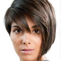 Красивая модная стрижка с волосами на один бок, с челкой, падающей на глаза.
