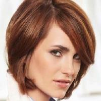 Короткая женская стрижка с косой челкой.