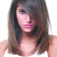 Несколько уровней волос у лица в стрижке на среднюю длину.