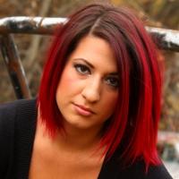 Рубиновые волосы? Почему бы и нет, такой оттенок красных волос выглядит особенно сочно и насыщенно.