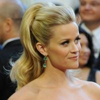 Укладка Reese Witherspoon (самая извечтная роль Риз - блондинка в законе) с высоким хвостом и обьемом у корней выглядит великолепно.