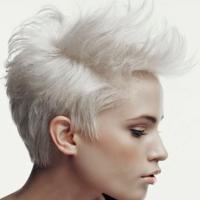 Белые волосы смотрятся стильно и необычно, если ты готова следить за корнями, то этот вариант отлично подойдет.