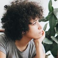 Крупный завиток для коротких волос в стиле афро