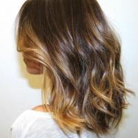 Несколько светлых прядей для модного образа и простая срижка для слегка вьющихся волос