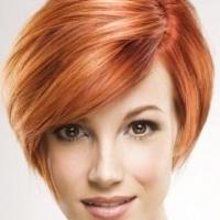 Короткая стрижка с обьемом у корней и мягкий рыжий цвет волос отлично смотрится в сочетании с карими глазами. Окрашивание не отднородное - пряди светлого золотистого тона ловко смешаны с прядочками более яркого и насыщенного рыжего цвета.