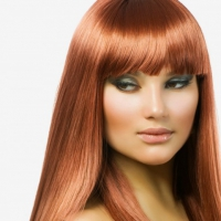Прямая челка великолепно смотрится с полотном здоровых волос, особенно такого нежного светло-медного оттенка рыжего цвета