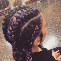 Многоцветные модные косы-брейды.